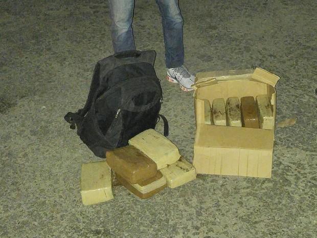 Jovem usou café para disfarçar cheiro da maconha dentro de ônibus (Foto: Divulgação/Polícia Civil)