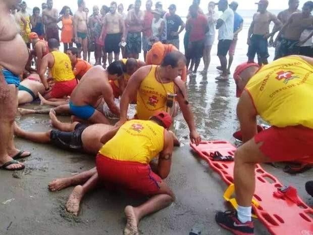 Trabalho de resgate das vítimas foi iniciada ainda na faixa de areia (Foto: Divulgação/Polícia Militar)