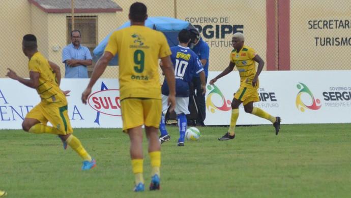 Makelele em jogada pelo Estanciano no primeiro jogo da final (Foto: Felipe Martins/GloboEsporte.com)