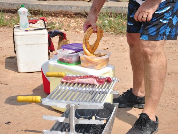 Eles assaram carne em churrasqueira portátil (Foto: André Ferreira/ G1)