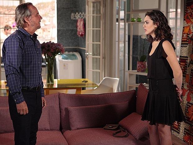 Sarmento procura Cida, mas ela já sabe que o pai está armando (Foto: Cheias de Charme / TV Globo)