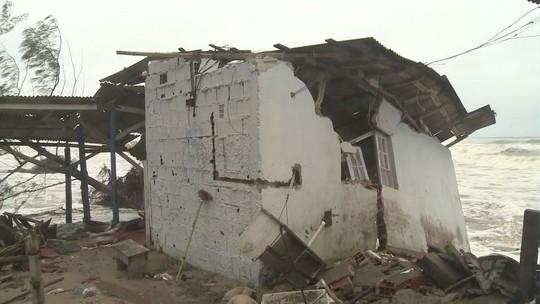 Bar tem estrutura comprometida após forte ressaca no Vale do Ribeira