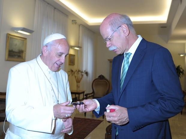 Papa Francisco recebe chaves do Classe M (Foto: Divulgação)