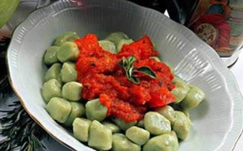 Nhoque de rúcula com molho de tomate e manjericão