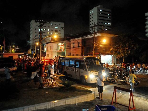 Torcedor fica baleado após confusão na frente do estádio dos Aflitos, no Recife. (Foto: Aldo Carneiro / Pernambuco Press)