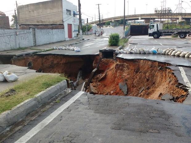Cratera se abriu no início da avenida João Medeiros Filho, Zona Norte de Natal (Foto: Ítalo Di Lucena)
