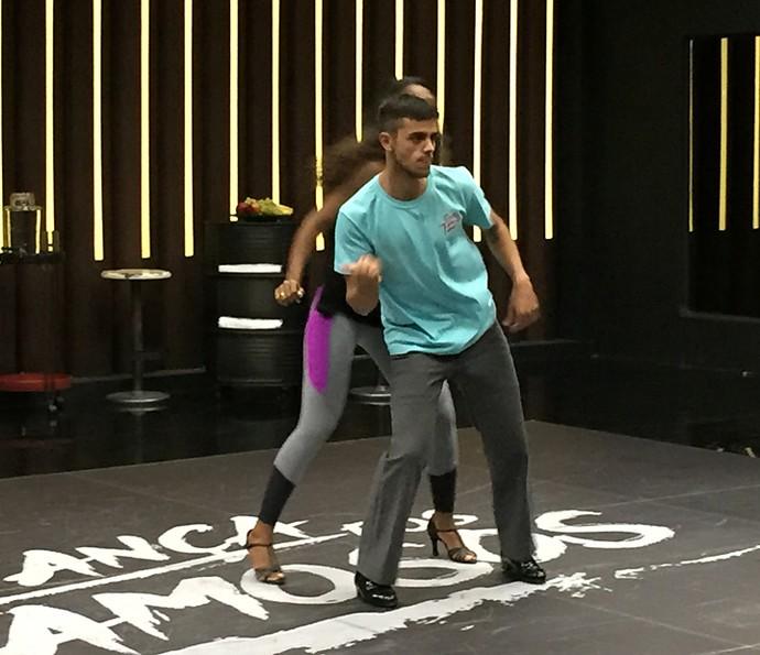 Felipe Simas dança com Carol Agnelo (Foto: Guilherme Toscano / Gshow)