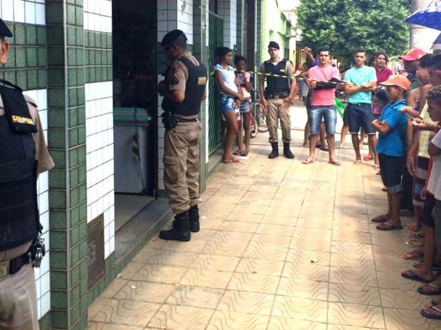 Menor buscou abrigo em uma mercearia, mas morreu assim que entrou no local (Foto: Natália Jael/Inter TV)