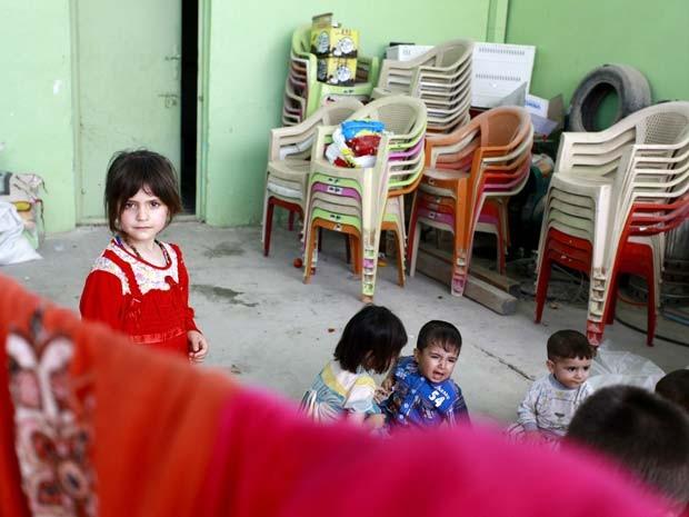 Crianças iraquianas deslocadas da província de Nineveh estão em abrigo de mesquita xiita perto da cidade de Najaf, onde o governo local e instituições religiosas montaram centros para famílias deslocadas pelo avanço de sunitas do Estado Islâmico (Foto: AFP PHOTO/HAIDAR HAMDANI)