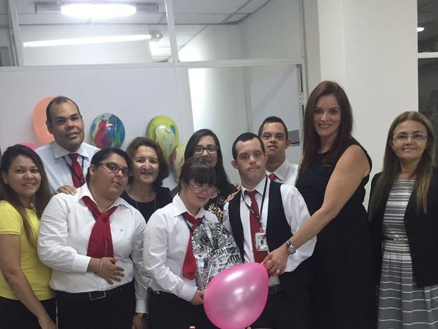 Kássio (de colete) e sua mãe Maria José (segurando o balão) com a equipe do 'MP para todos' (Foto: Maria José Monteiro/Arquivo Pessoal)