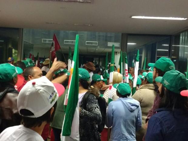 Manifestantes ocupam entrada do Ministério do Planejamento, em Brasília (Foto: MST/Divulgação)