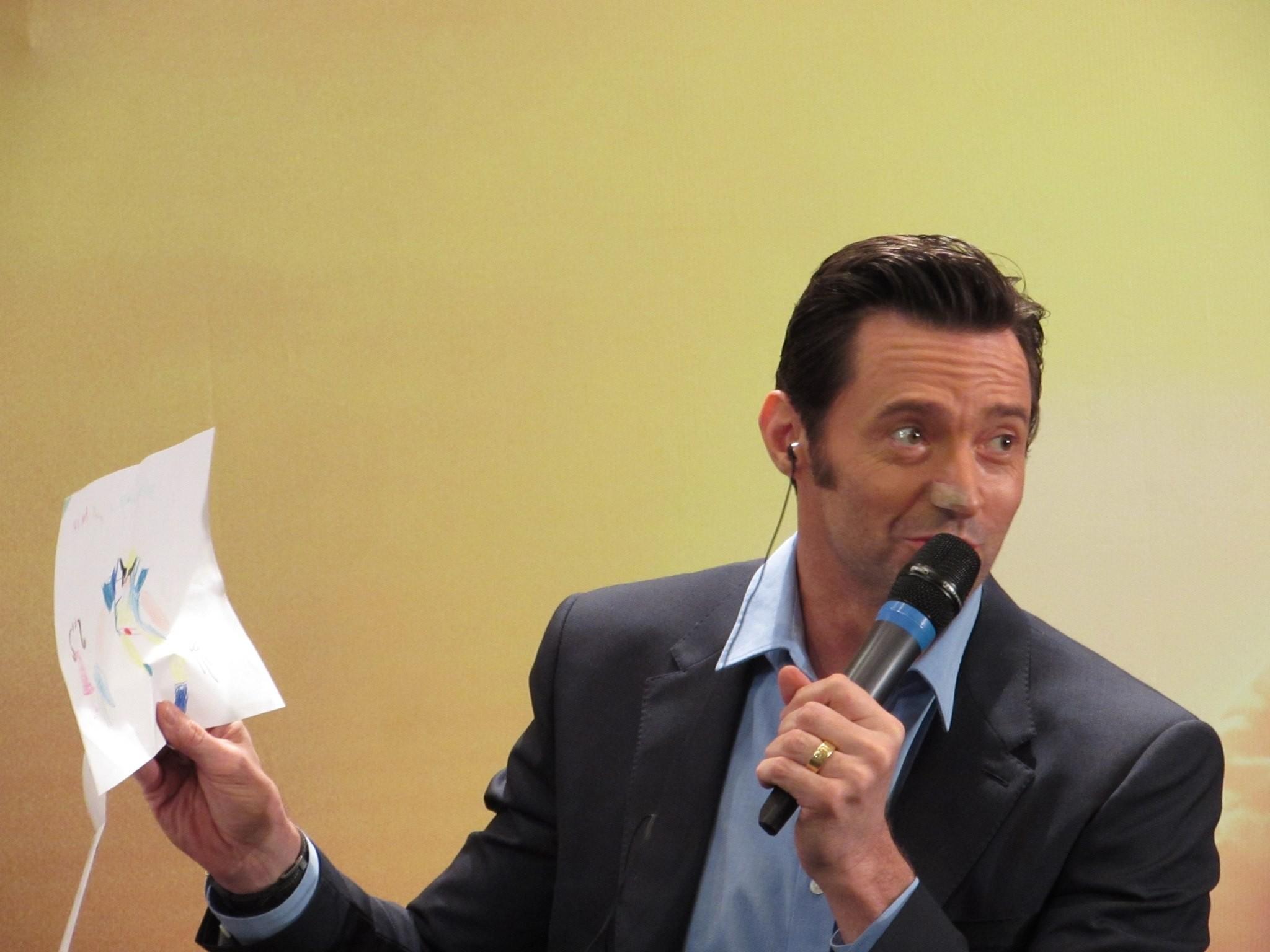 Jackman mostra um desenho de Wolverine que ele recebou como presente (Foto: Jonas Souza)