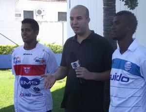 Leandrinho e Diego Aragão disputaram o clássico no videogame (Foto: Caio Lorena / Globoesporte.com)