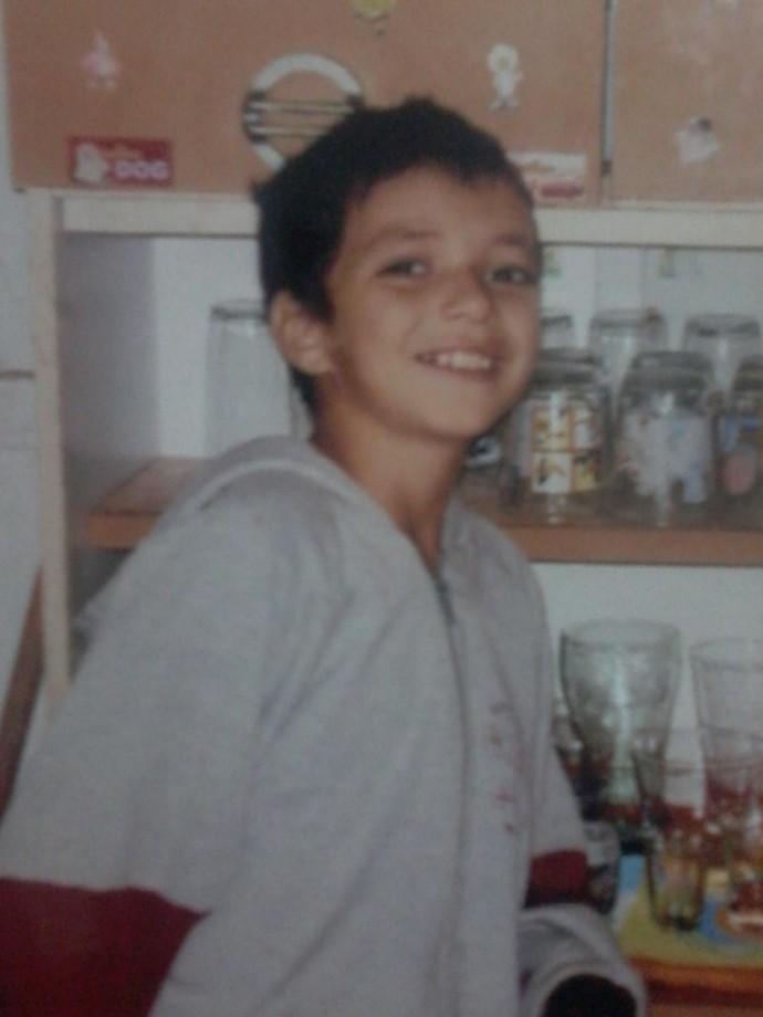 Wagner aos 8 anos de idade, na casa da irmã Tabatta, em Santa Isabel do Ivai (Foto: Arquivo pessoal)