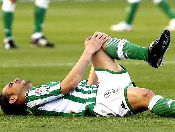 Sergio Garcia se lesiona após comemorar gol (Foto: Agência EFE)