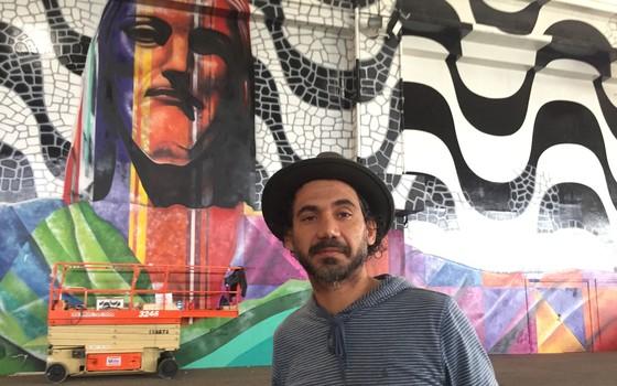 Eduardo Kobra está preparando um imenso mural de 600 m² para o aniversário de 40 anos do Riocentro (Foto: Wagner Zieglemeyer)