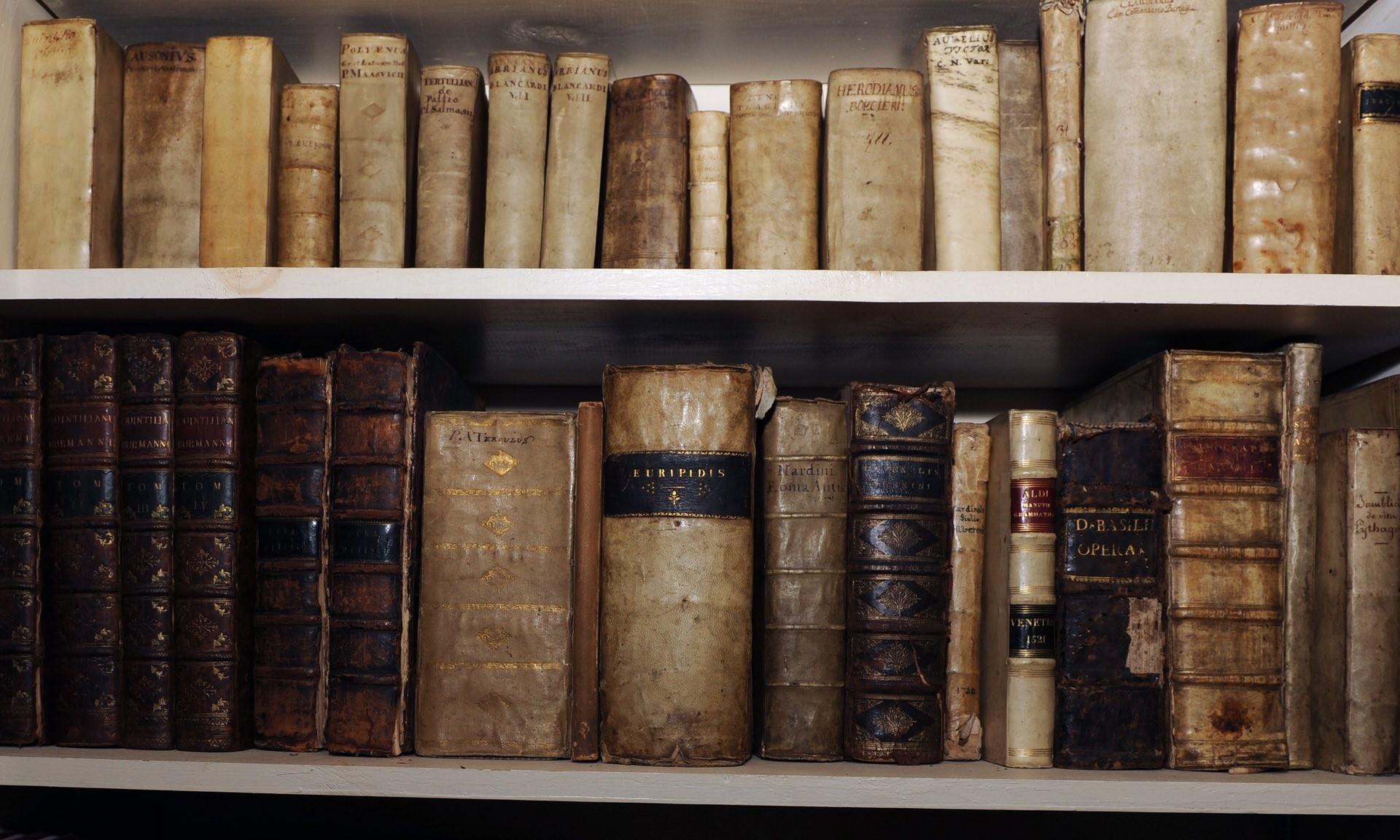 A estante de uma livraria de títulos raros em  Londres