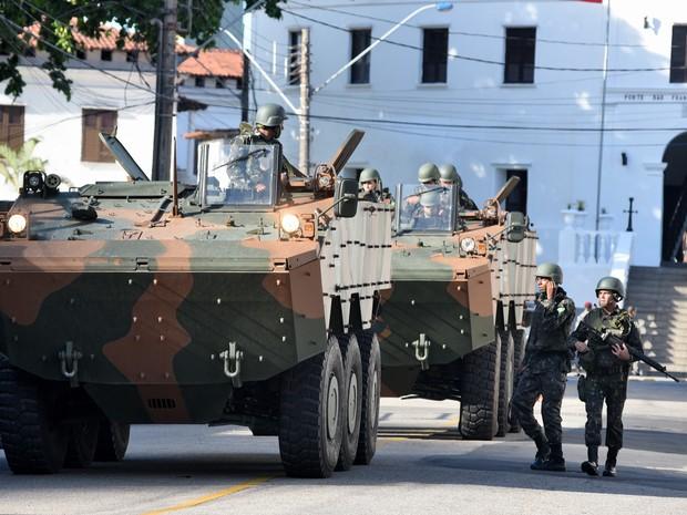 7º Dia: exército em frente ao Forte de São Francisco (Foto: Reprodução/A Gazeta)