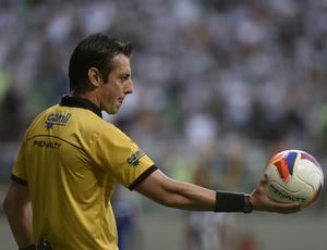 Raphael Claus, árbitro do clássico entre Atlético-MG x Cruzeiro, pela semifnal do Mineiro (Foto: Douglas Magno)