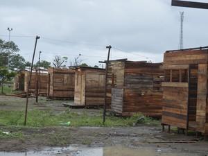 Barracos de madeira foram construídos em área da Prefeitura de Macapá (Foto: John Pacheco/G1)