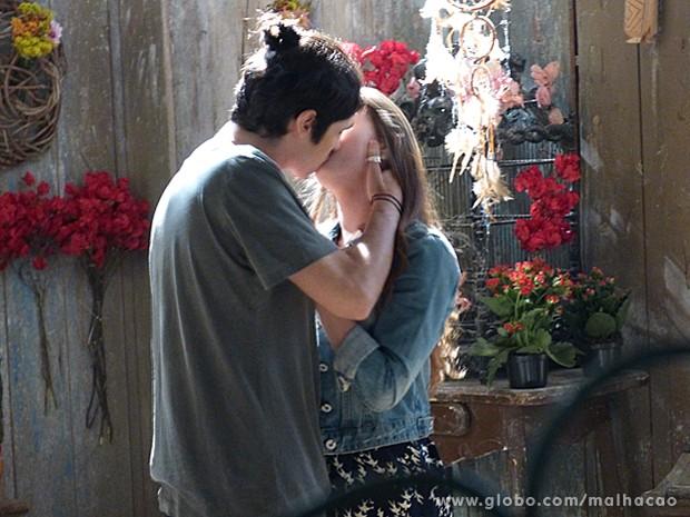 Antônio finalmente cede aos encantos da MICA e tasca um beijão na garota (Foto: Malhação / TV Globo)