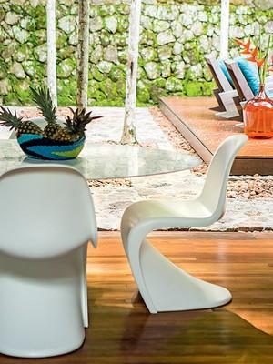 Área de jantar | A mesa Saarinen oval recebeu cadeiras Panton. Centro de mesa, da Conceito Firma Casa (Foto: Edu Castello/Casa e Jardim)
