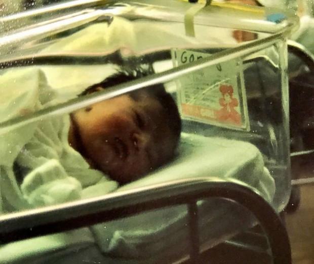Foto de Jessica no bercinho da maternidade. Ao fundo, a família acredita que o bebê seja o futuro marido Aaron (Foto: Jessica e Aaron Barios/Arquivo Pessoal)