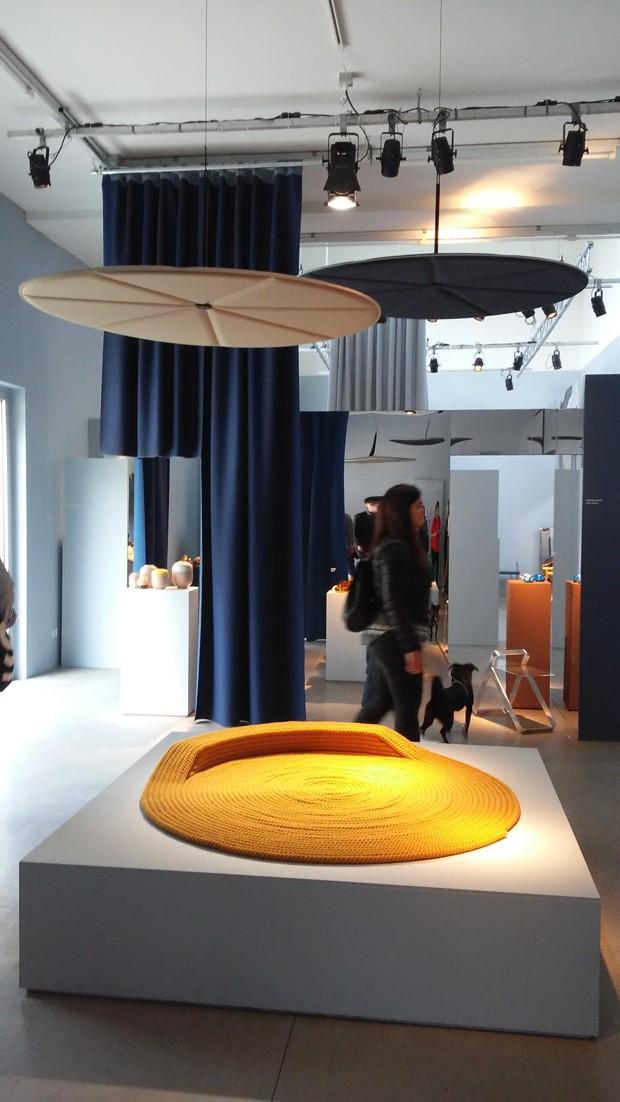 """Designers noruegueses se reuniram na exposição """"Everything is Connected"""". Entre os lançamentos, o tapete Bollard, de Cecilia Zhang e Stine Aas (Foto: Thaís Lauton/Editora Globo)"""