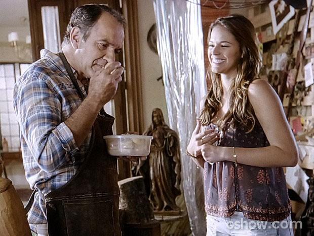 Luiza incentiva Virgílio a aceitar o convite para expor suas peças (Foto: Em Família/TV Globo)