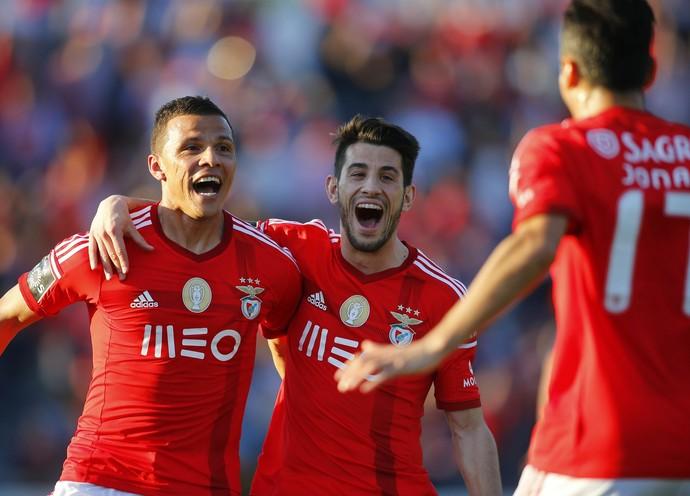 Lima, Pizzi e Jonas comemoram, Arouca x Benfica (Foto: Agência Reuters)