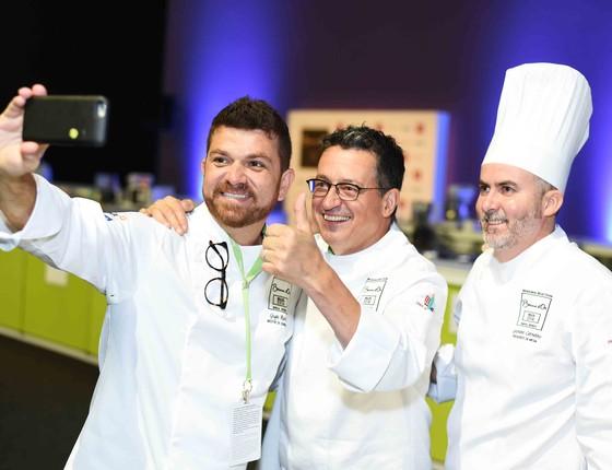 Chef também faz selfie: Guga Rocha, Normand Laprise e Geovane Carneiro durante o Sirha Rio (Foto: Ari Kaye)