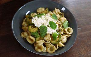 Salada de macarrão com abobrinha grelhada e molho de hortelã
