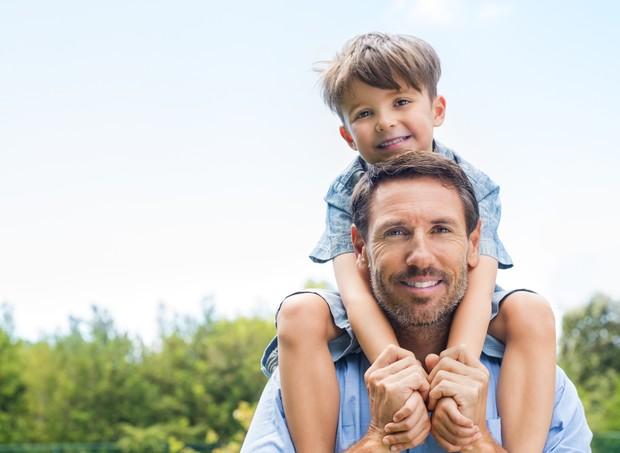 Pai com o filho sobre os ombros (Foto: Thinkstock)