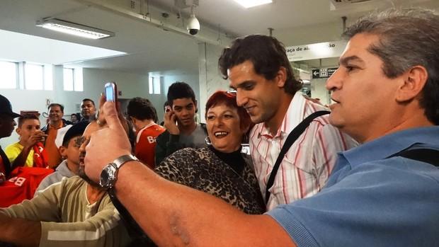 rafael moura inter chegada (Foto: Lucas Rizzatti/Globoesporte.com)