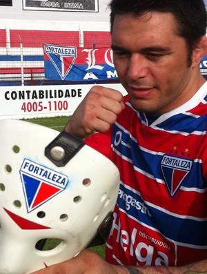 Rony Jason mostrou sua máscara com o escudo do Fortaleza (Foto: Diego Morais / Globoesporte.com)