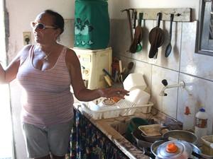 Técnica em enfermagem, Maria do Socorro Silva Medeiros mostra a pia cheia de louça suja por causa da falta d'água  (Foto: Anderson Barbosa/G1)