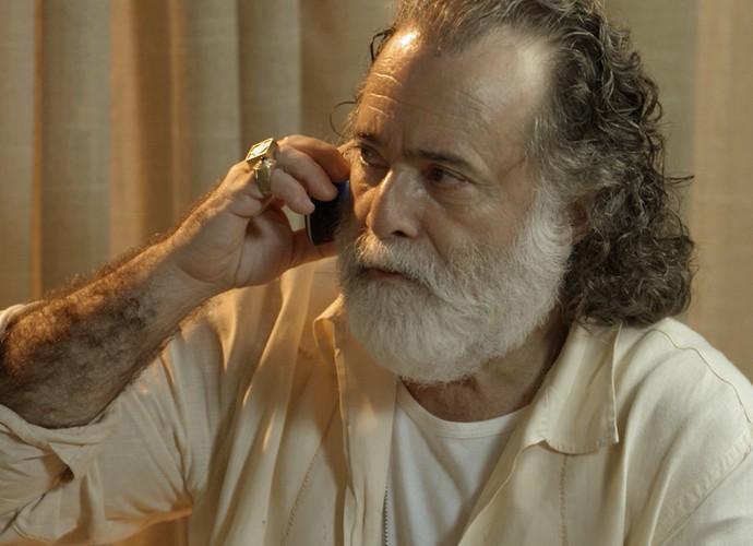 Zé Maria fala ao telefone com Atena (Foto: TV Globo)