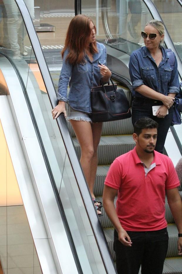Marina Ruy Barbosa é tietada por fãs no shopping Village Mall (Foto: Wallace Barbosa/ Ag News - Fotografo)
