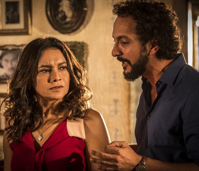 Bento tenta convencer Beatriz a comprar sua ideia (Foto: Inácio Moraes/ Gshow)
