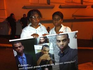 Mãe de Odomar Gonzaga, vítima da tragédia, lembra que homenagem também é ato de protesto por justiça, Kiss (Foto: Luiza Carneiro/G1)