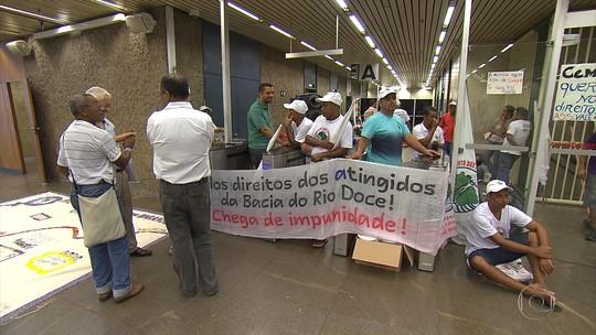 Manifestantes protestam contra critérios de indenização às vítimas da tragédia de Mariana