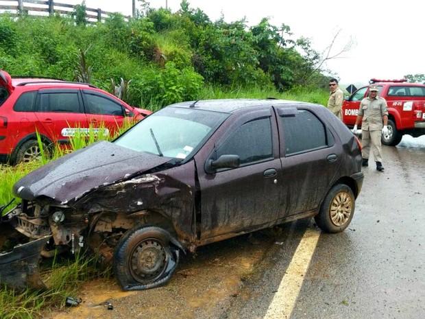 Carros colidiram no km 17 da BR-364, em Brasileia (Foto: Divulgação/Corpo de Bombeiros de Brasileia)