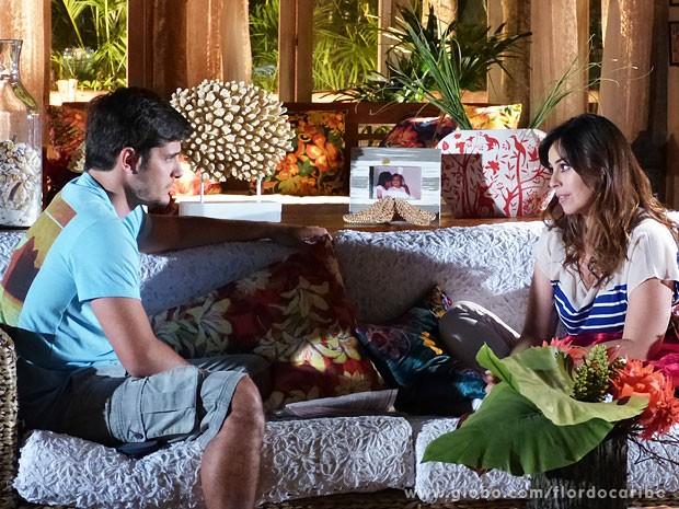 Natália aconselha Juliano a nãoe sconder o que sabe (Foto: Flor do Caribe / TV Globo)