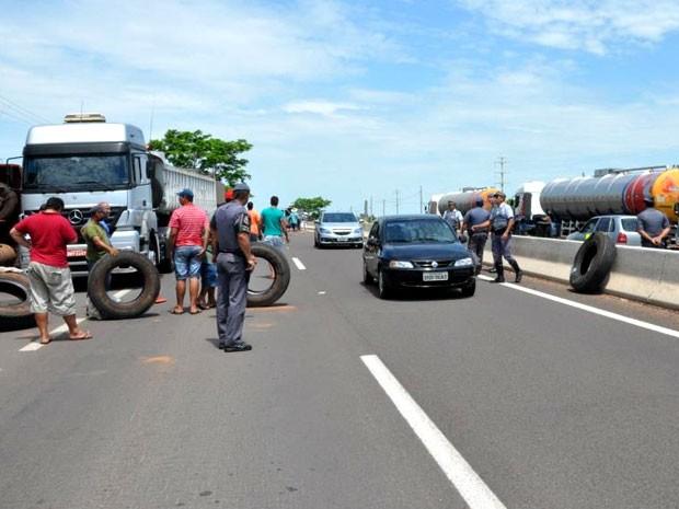 Caminhoneiros estacionaram seus veículos no acostamento da Rodovia Raposo Tavares (SP-270) (Foto: Maurício Barbosa/ Blog do Toinho Moré)