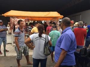 Carne foi apreendida na Feira da Areia Branca (Foto: Paulo Ricardo Sobral/ TV Grande Rio)
