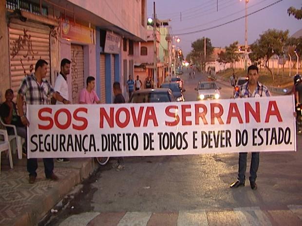 Moradores e comerciantes de Nova Serrana realizam protesto contra violencia (Foto: Reprodução / TV Integração)
