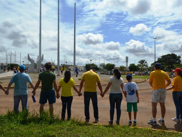 De mãos dadas e cantando o hino nacional, manifestantes de Vilhena (RO) terminam o protesto na Praça dos Três Poderes. (Foto: Aline Lopes/ G1)
