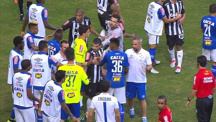 Clima esquentou durante o clássico Atlético-MG e Cruzeiro no Independência (Foto: Reprodução / Premiere)