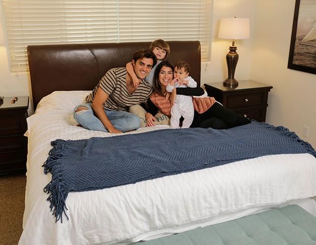 Felipe Simas com a mulher, Mariana Uhlmann, e os filhos, Joaquim e Maria (Foto: Pablo Grosby)