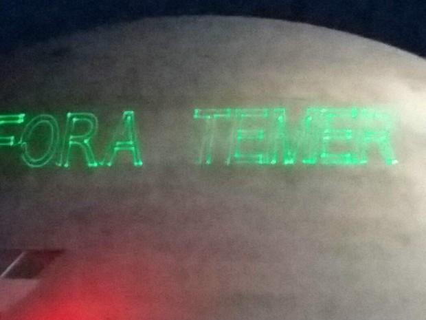 Equipamento projeta frase Fora Temer na cúpula do Museu Nacional Honestino Guimarães, em Brasília (Foto: Pedro Borges/G1)